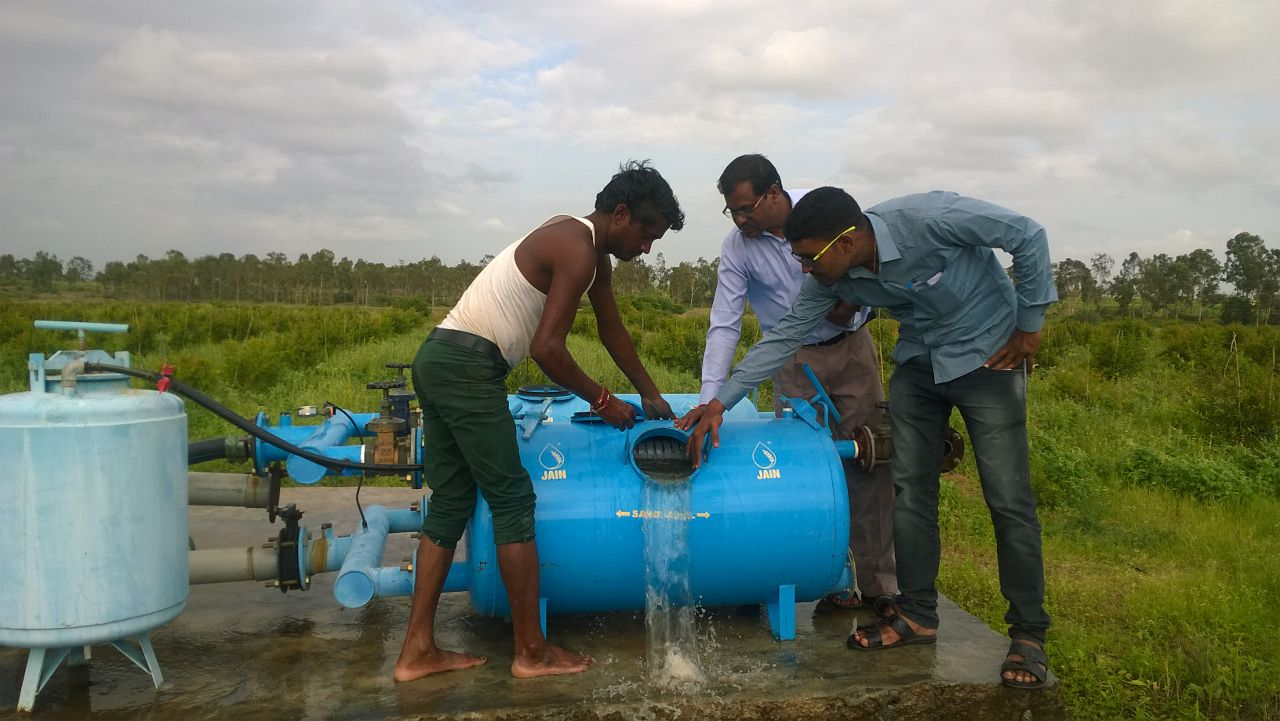 Extension Agronomist demonstrating Filter cleaning in a village in Maharashtra
